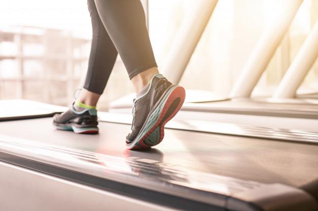 """แนะนำวิธีวิ่งบน """"ลู่วิ่งไฟฟ้า"""" สำหรับมือใหม่หัดออกกำลังกาย"""